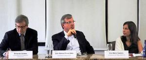 Economistas Eduardo Zaidan e Ana Maria Castelo, entre o presidente do SindusCon-SP,  José Romeu Ferraz Neto: construção começa a sair do negativo em 2018