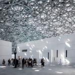 Filial do Louvre, em Abu Dhabi: cobertura em aço e alumínio permite que a luz natural ilumine o museu.