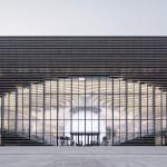 """Visão externa da biblioteca pública de Tianjin, na China: """"globo ocular"""" cercado por livros."""