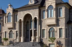 Casa construída com blocos de concreto que simulam pedras: poupando a natureza