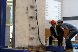 Revestimento é pulverizado sobre uma parede de vedação convencional e transmite alta resistência aos blocos de concreto. Crédito: IS-IMPACTS/UCB