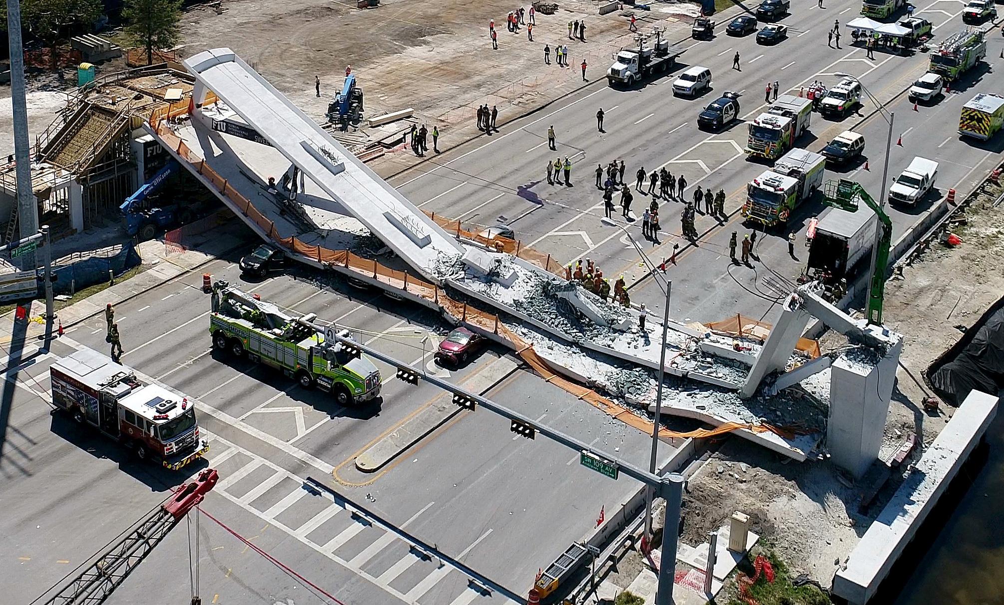 Estrutura foi instalada em um dia e caiu subitamente quando equipe de montagem iria acoplá-la aos estais. Crédito: AP