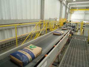 Indústria 4.0 é realidade na Cia. de Cimento Itambé, onde os processos de enchimento, embalagem e pesagem não têm interferência humana. Crédito: Cia. de Cimento Itambé