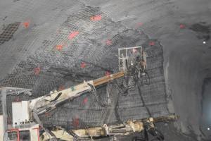 Concreto projetado sobre telas de aço, em túnel em construção: obra é a que mais utiliza essa tecnologia construtiva. Crédito: Divulgação