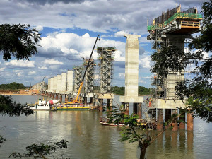 Ponte sobre o rio São Francisco, da Fiol: ferrovia desperta o interesse dos chineses. Crédito: VALEC