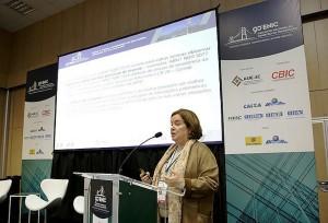 Maria Angélica Covelo Silva apresentou a proposta de revisão no 90º ENIC: meta é que a nova ABNT NBR 15575 entre em vigor em 2019. Crédito: ENIC/CBIC