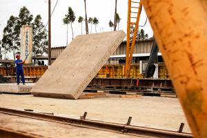 Materiais usados no pavimento de concreto da pista de testes devem assegurar 30 anos de durabilidade. Crédito: Daimler-Benz