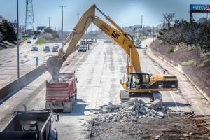 Concreto da rodovia interestadual I-696 é retirado e levado para uma recicladora, a fim de virar agregado para o pavimento novo. Crédito: MDOT