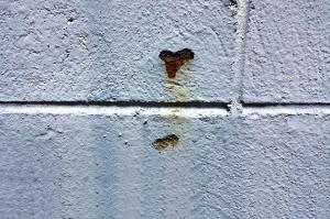 Concreção ferruginosa expõe pontos de oxidação, muito semelhante à ferrugem em estruturas metálicas. Crédito: Divulgação