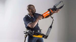 Protótipos de exoesqueletos buscam poupar esforços com equipamentos como britadeiras, furadeiras e lixadeiras. Crédito: Divulgação