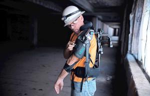 Primeiro exoesqueleto mecânico desenvolvido pela Ekso Bionics facilita o trabalho braçal no canteiro de obras. Crédito: Ekso Bionics