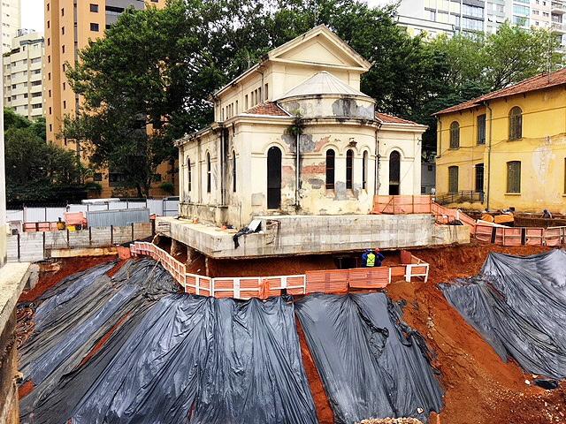Capela Santa Luzia: tratado como porcelana, patrimônio recebeu uma laje de concreto de alta resistência para suportar as escavações. Crédito: Cidade Matarazzo / Instagram