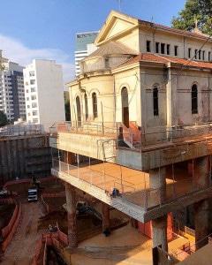 Cada um dos pilares que mantêm a capela suspensa recebeu 54 m3 de concreto. Crédito: Cidade Matarazzo / Instagram