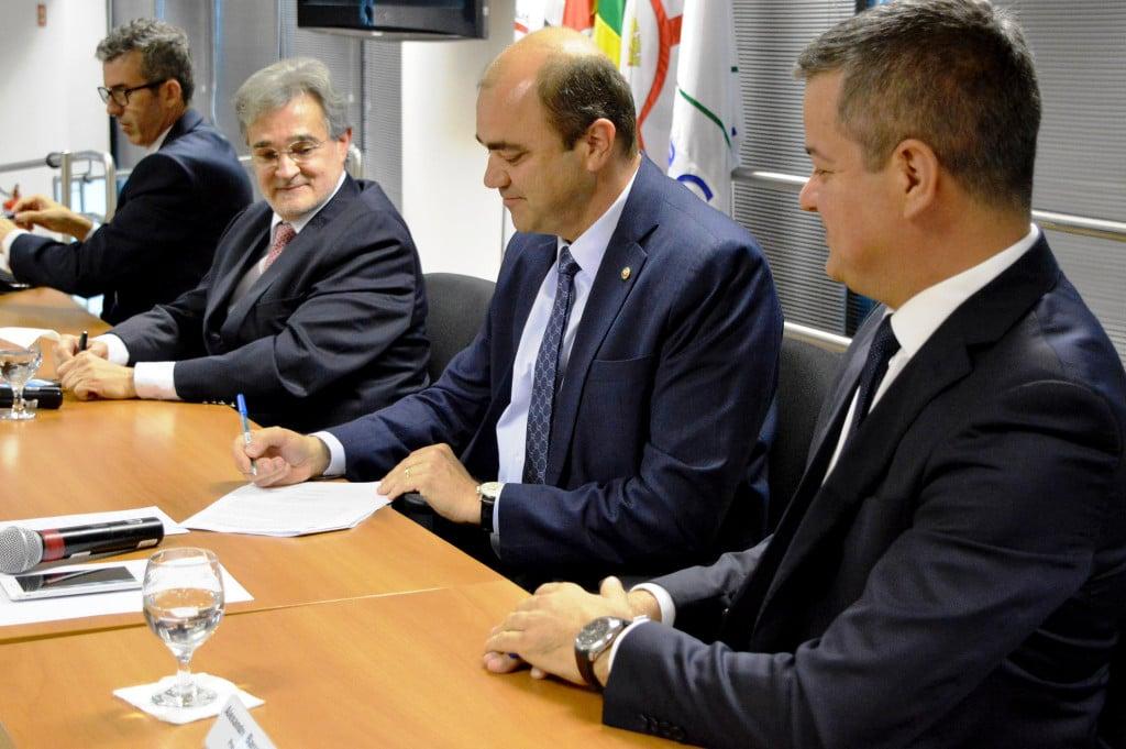 Assinatura do acordo com o Ministério Público do Trabalho vai custar 4,5 bilhões de reais à indústria de cimento. Crédito: MPT