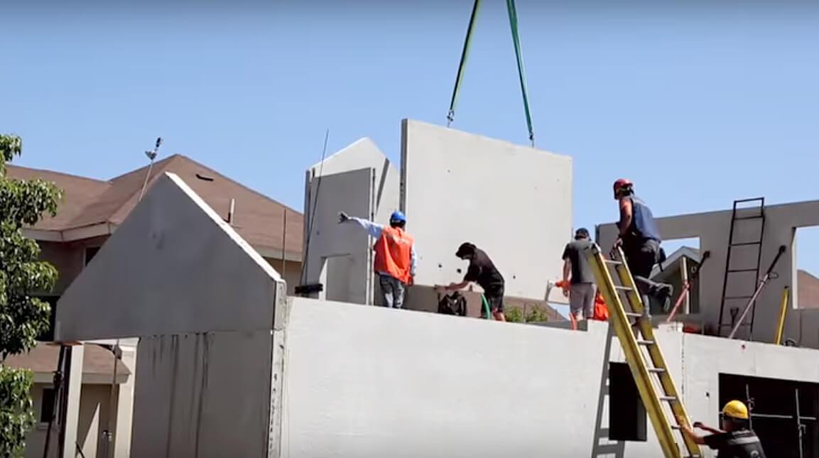 Sistema permite montar estruturas de quatro casas de 140 m² em um dia. Crédito: Youtube/Baumax