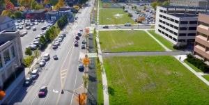 Inner Loop East depois da obra de infraestrutura urbana: avenida ganhou espaço para pedestres, ciclistas e novo paisagismo. Crédito: City of Rochester