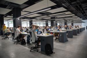 Nuvens acústicas e pisos vinílicos estão entre as recomendações para se obter desempenho acústico em lajes corporativas Crédito: Divulgação