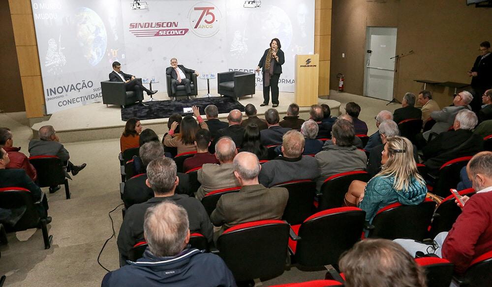 Debate no SindusCon-PR aponta que construção civil deve buscar novas relações com o poder público, com o consumidor e com os investidores privados. Crédito: Valterci Santos/SindusCon-PR