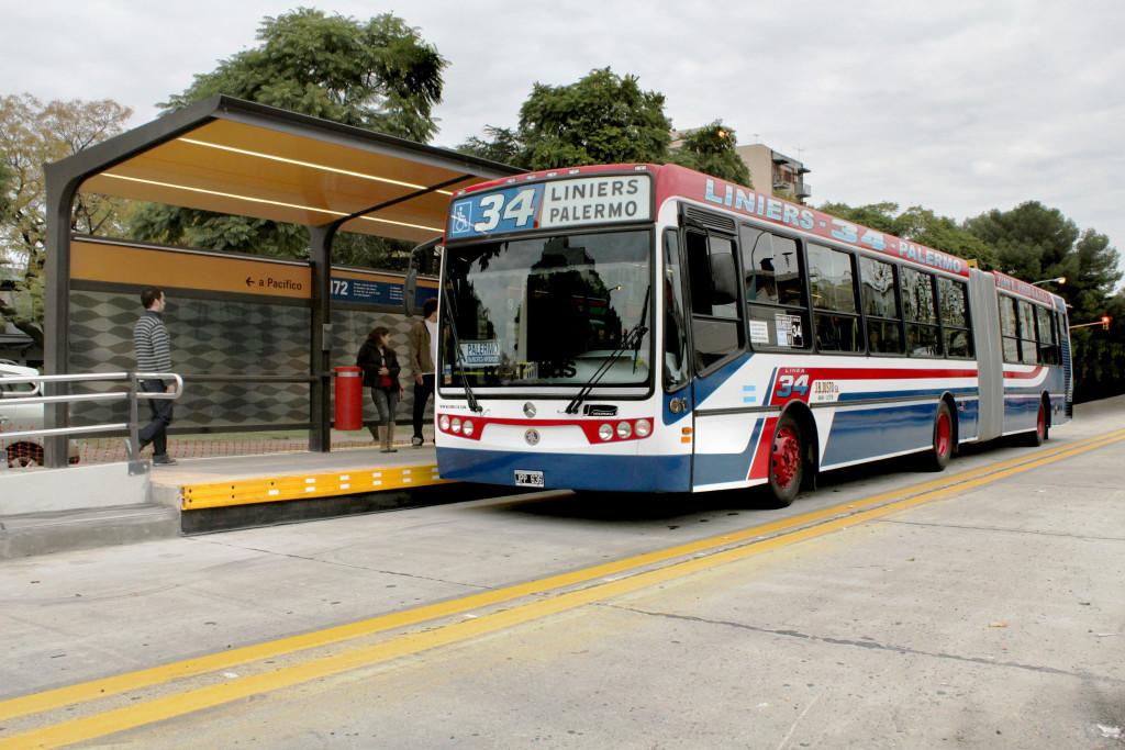 Vias exclusivas para o Metrobus ajudaram Buenos Aires a ampliar a sua já consistente malha urbana em pavimento de concreto Crédito: FICEM