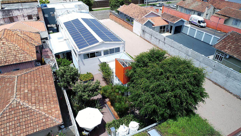 Sede da Petinelli Engenharia, em Curitiba: 90 m² de painéis fotovoltaicos geram 223 MWh e fazem edificação ser autossuficiente em energia Crédito: Lex Kozlik