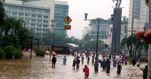 Jacarta afunda 2,5 centímetros por ano, sofre constantemente com inundações e sua região metropolitana concentra 22 milhões de habitantes Crédito: Voice of America