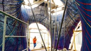 Mariana Popescu observa molde de tecido usado para produzir estrutura que está no Museu Universitário de Arte Contemporânea, na Cidade do México Crédito: Maria Verhulst