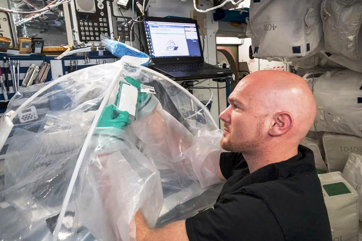 Astronauta-cientista russa manipula uma das 120 amostras de concreto levadas à estação espacial internacional: mais um passo rumo à missão Marte Crédito: NASA
