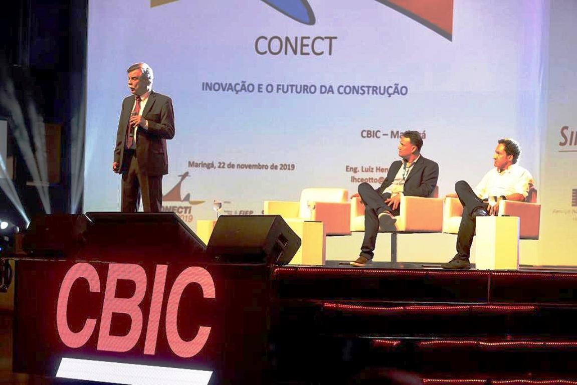 Engenheiro civil Luiz Henrique Ceotto, em palestra no Conecti CBIC 2019: construção civil negligencia o tempo no Brasil e entrega produtos envelhecidos. Crédito: CBIC