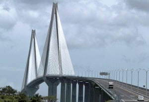 Ponte Atlântico: 175.760 m3 de concreto, 36 mil toneladas de aço reforçado, 14,2 quilômetros de pilares pré-moldados e 16 mil toneladas de cabos de protensão Crédito: AP