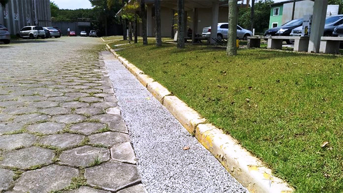 Protótipo de sarjeta permeável instalado no estacionado da ABCP, em São Paulo-SP: sistema melhora a qualidade da rede de captação de águas pluviais. Crédito: ABCP