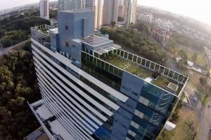Edifício Eurobusiness incorporou todo o tratamento de águas cinzas e negras no telhado verde. Crédito: Petinelli