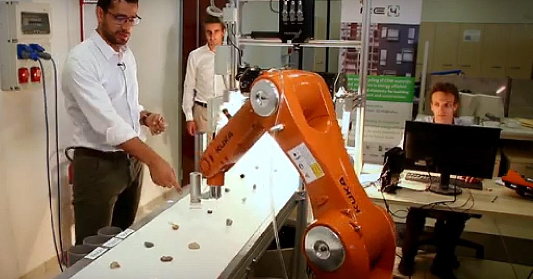 Protótipo do robô projetado na Itália separa e qualifica os agregados, mas ainda atua apenas em laboratório. Crédito: RE4
