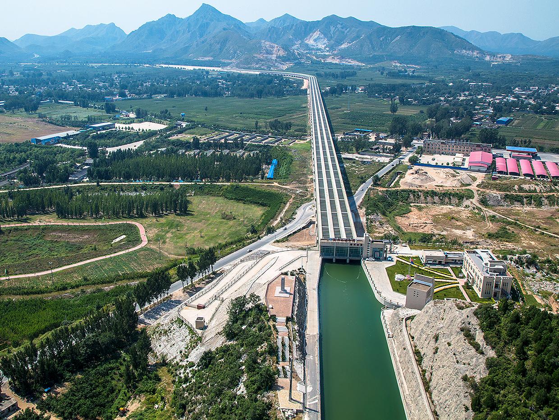 China constrói o maior canal de irrigação do mundo, que deve ficar pronto em 2050 e transferir 44,8 bilhões de m³ de água por ano dos rios Yangtsé, Amarelo, Huaihu e Haihe. Crédito: Governo da China
