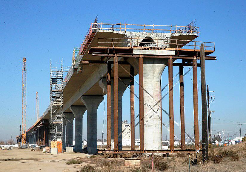 Estruturas de concreto para suportar o tráfego do trem-bala estão em construção na Califórnia. Crédito: California High-Speed Rail Authority