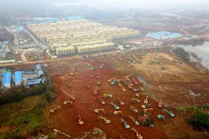Início das obras do hospital Huoshenshan mobilizou 95 escavadeiras e 33 retro-escavadeiras. Crédito: CSCEC