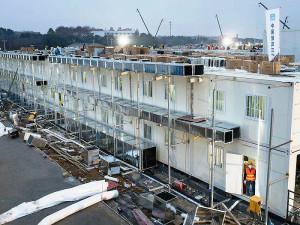 Contêineres acoplados a estruturas de aço foram adaptados para receber os leitos hospitalares e dar rapidez à obra. Crédito: CSCEC