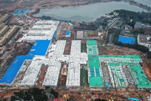 Construção do hospital Huoshenshan começou em 23 de janeiro e em 3 de fevereiro obra já recebia pacientes. Crédito: CSCEC