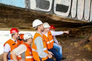 Vistoria técnica no viaduto do Orleans: rachaduras na superfície e corrosão na parte de baixo do viaduto inspiram cuidados. Crédito: Rodrigo Fonseca/CMC