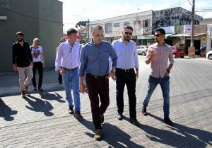 Alex Maschio (centro) visita rua urbanizada com blocos de concreto na cidade de Piraquara-PR, junto com comitiva da Paranacidade. Crédito: Sedu/Paranacidade