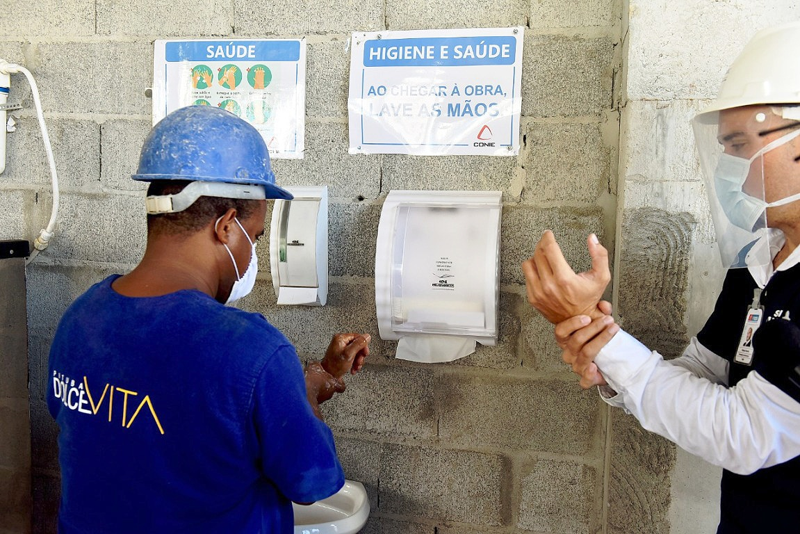 Na Bahia, blitze em canteiros de obras orientam como o trabalhador deve adotar as medidas de proteção contra a COVID-19. Crédito: Valter Pontes/FIEB