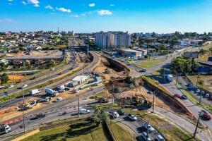 Linha Verde, em Curitiba-PR: lugar do antigo trevo do Atuba está recebendo 926 estacas em concreto pré-moldado para sustentar as novas estruturas viárias. Crédito: Daniel Castellano/SMCS