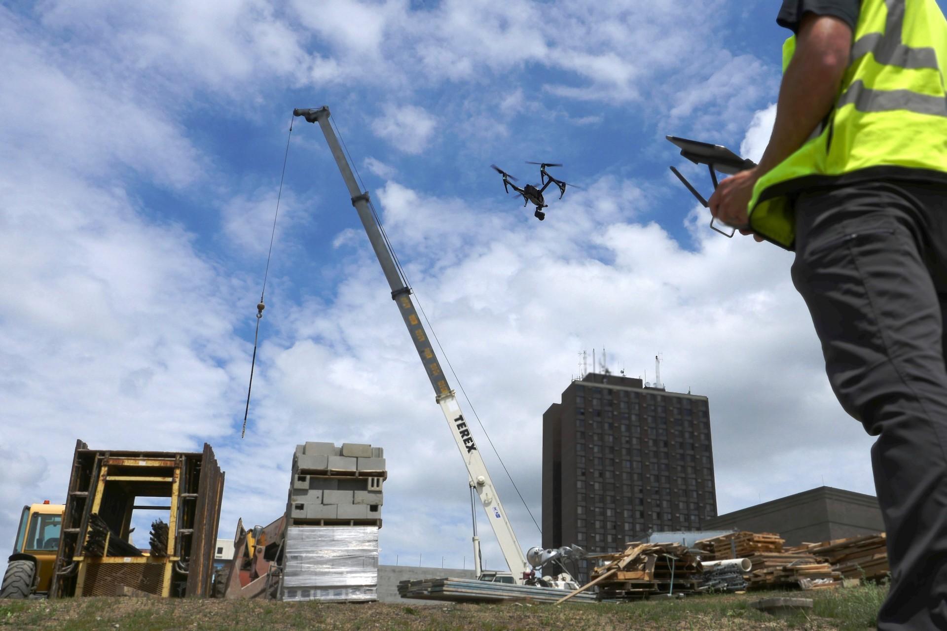 Presença de drones nos canteiros de obras prova que a construção digital já é realidade. Crédito: Banco de Imagens