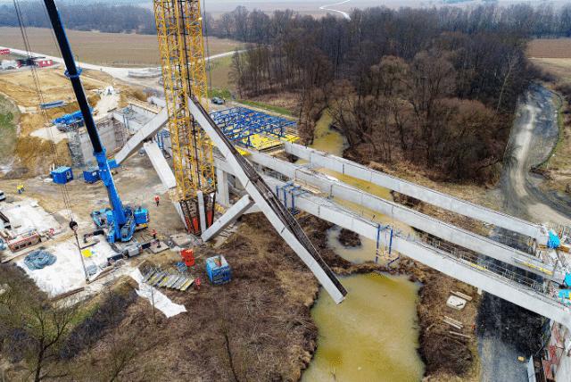 Armaduras das vigas são montadas dentro do mecanismo, que após se alinhar horizontalmente pode receber concreto. Crédito: TU Wien