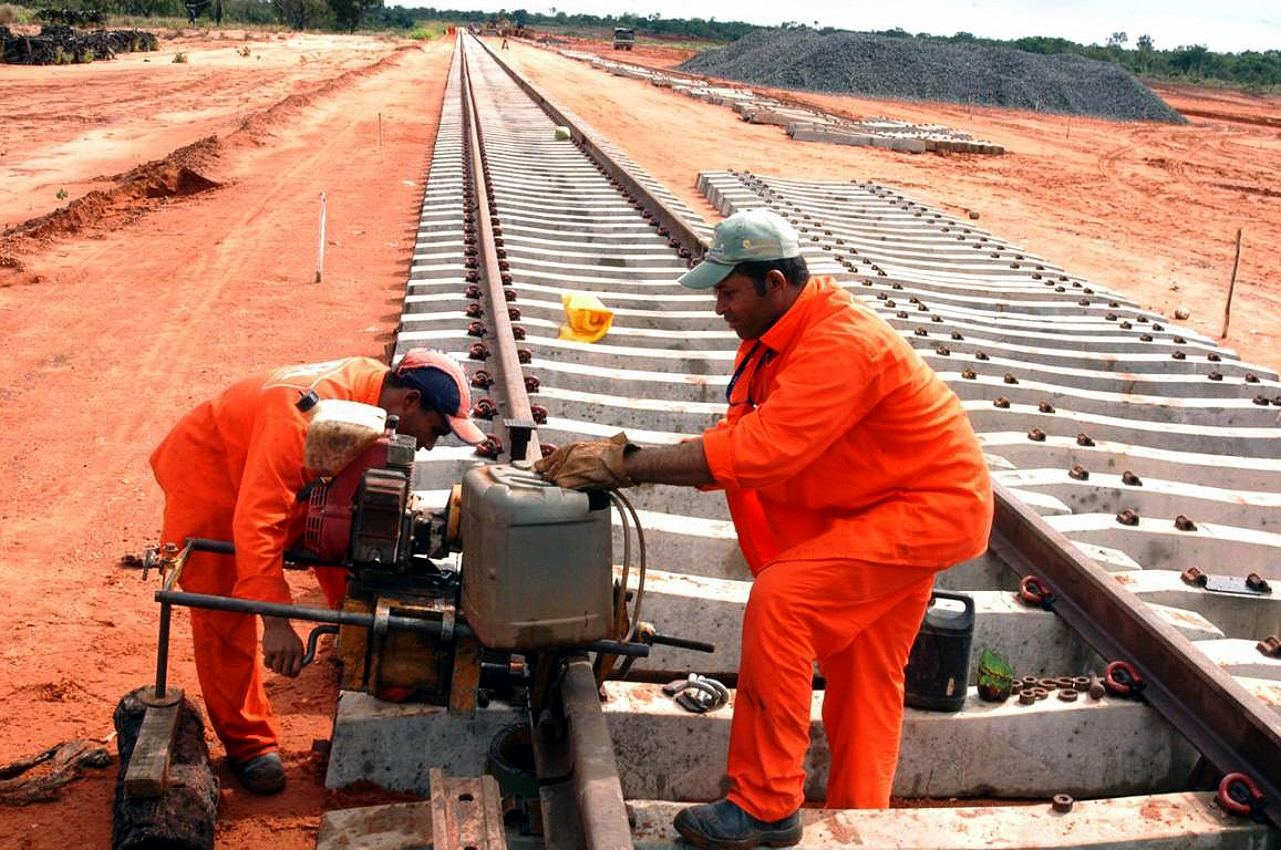 FIOL conta com fábrica de dormentes de concreto protendido e consome 1.600 peças a cada quilômetro. Crédito: Agência Brasil