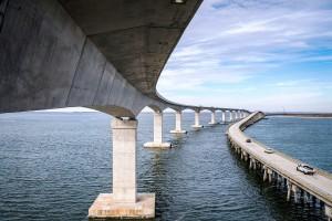 Ponte Marc Basnight: com 1.459 elementos, obra é a terceira maior superestrutura de concreto industrializado da América do Norte Crédito: PCI