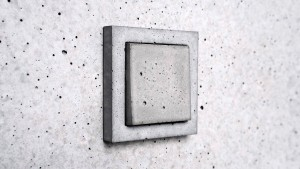 Interruptor de luz feito à base de cimento: durabilidade acompanha a vida útil do projeto Crédito: Sekhina