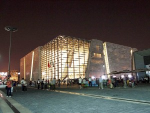 Fachada de centro de convenções em Shangai-China, com aplicação de placas de concreto translúcido leve Crédito: Luccon