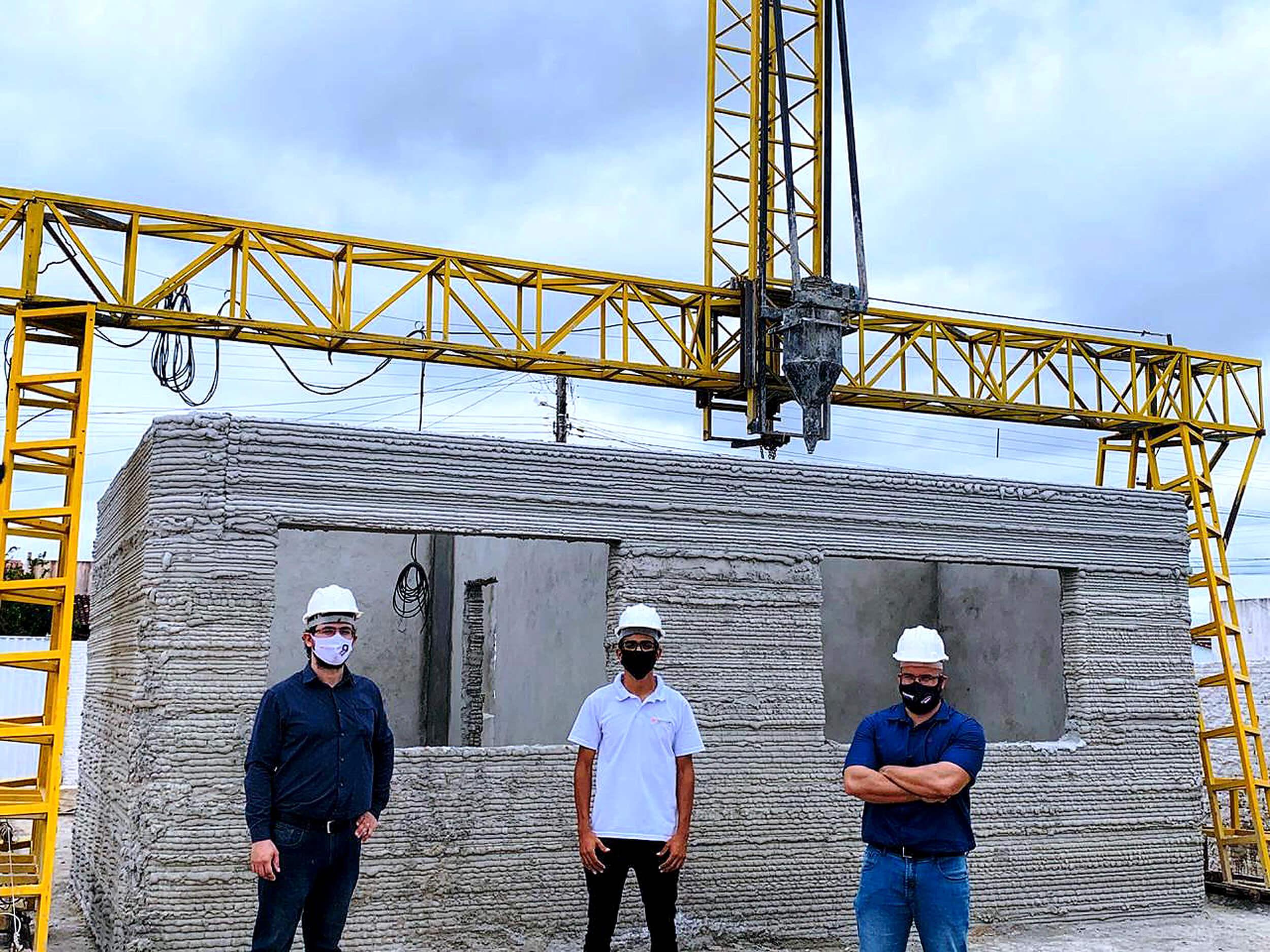André Felipe, Allynson Xavier e Iago da Silva: os idealizadores da impressora e do primeiro projeto brasileiro de construção com impressão 3D Crédito: 3DHomeConstruction