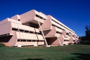 Burroughs Wellcome: agregado fino de calcário dá textura especial ao concreto aparente usado no prédio de quase 50 anos Crédito: Foundation Paul Rudolph