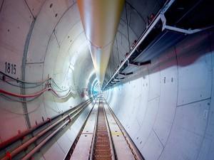 Peças pré-moldadas de concreto revestem os trechos em túnel do metrô de Doha, que consumiu mais de 2,5 milhões de m³ de concreto Crédito: Qatar Rail